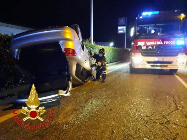 Cocquio, auto ribaltata in via Verdi