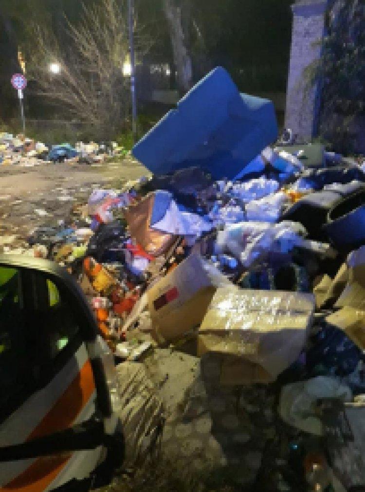 """""""L'ambulanza tra i rifiuti, simbolo della sanità del Lazio"""""""