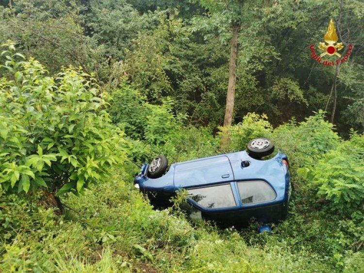 Saltrio (VA). Scontro tra auto e mezzo agricolo, vettura finita fuori strada in bilico nella scarpata.