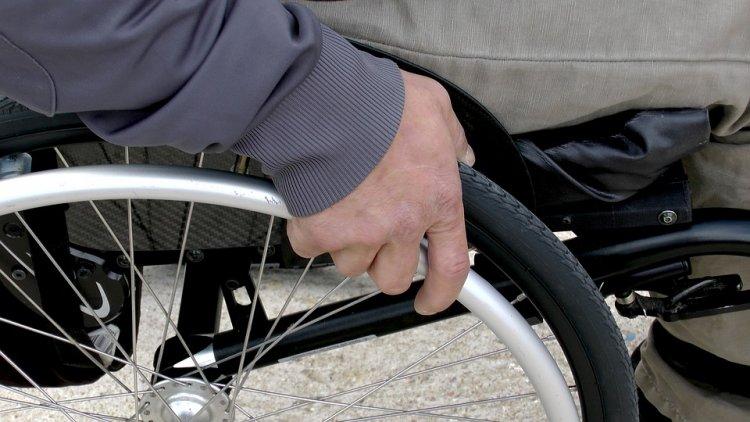 Busto Arsizio, gira con una sedia a rotelle rubata all'ospedale